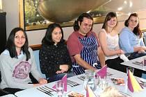 DĚVČATA S DĚTSKÉHO DOMOVA při  vyvrcholení projektu šance pro práci. Při slavnostním setkání v kladenské restauraci dívky připravily hostům chutné pokrmy.