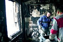 VYHOŘELÝ byt vyklidili dělníci ze slánské stavební firmy. Zatím na náklady společenství vlastníků domu.