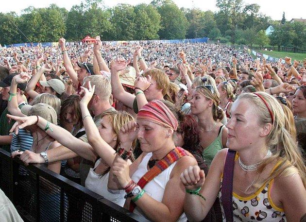 Hudební fanoušci na Okoři.