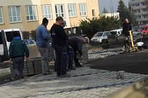 Budování nových parkovacích míst v Mostecké ulici v Kladně.
