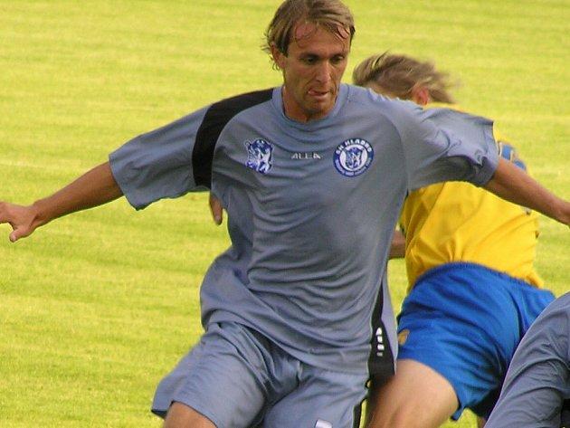 David Hlava začal po dlouhé době v základní sestavě Kladna. Defenzivní záložník se však po vyloučení Strnada musel přesunout na zcela novou pozici stopera.