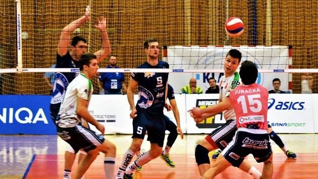 Kladno (v modrém) v první čtvrtfinále porazilo Příbram  jasně 3:0.