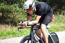 Tomáš Řenč na trati v Račicích, kde úspěšně absolvoval svůj první letošní ironman. Zvládl i nově upravený posed na kole.