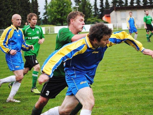 Útočník Unhoště Vávra (v modrém) se probíjí obranou Mutějovic. Vlevo Maxant, který duel pro zranění nedohrál.