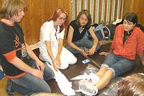 Školáci se učí některá zranění ošetřit. To se jim pak často může hodit.