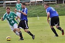 Semice - Hostouň 1:2. Vydřená výhra hostů díky dvěma gólům Františka Motlíka (v pozadí). Vepředu v zeleném bojuje Dan Novák.