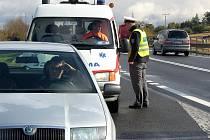 Policisté kontrolovali řidiče u obce Lotouš na Slánsku.