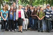 Žáci čekají na školním dvoře na příjezd ministra