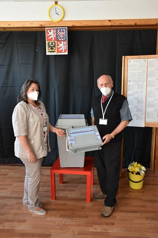 Volby v Lánech, pátek 8. října. Okrsek č. 1 v základní škole.