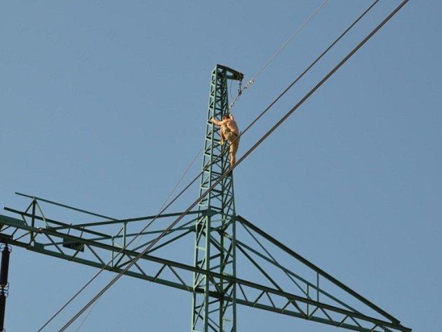 Muž vylezl na stožár vysokého napětí a chtěl skočit