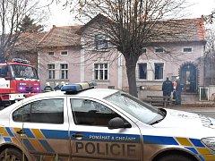 Hasiči i policisté zasahovali u požáru ve Zlonicích.
