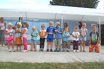 Nejmenší  bezděkovské  děti se radují ze svých zlatých medailí.