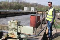 Nádrž čistírny odpadních vod ve Vrapicích a manažer provozu kanalizace Středočeských vodáren Vladimír Dragoun.