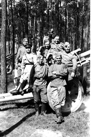 Sovětští dělostřelci vkročehlavských lesích.