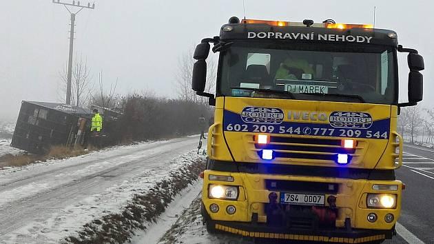 Dopravní havárie kamionu u Třebíze