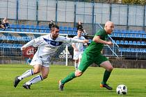 SK Kladno (v bílém) porazilo v divizi B hostující Nymburk 2:1. Vlevo Jan Pechr