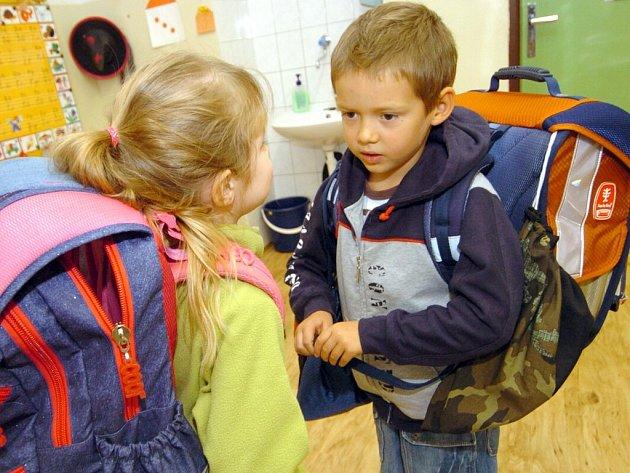 Jsou vaše děti ve školách v bezpečí? Jednou z možností by patrně bylo, aby u každého vchodu nepřetržitě seděl vrátný.