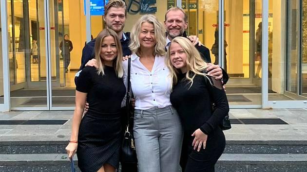Máma Petra Zajícová ctí jediná bílou, vlevo starší dcera Petra, vpravo Ellen a vzadu mužská část rodiny, vlevo syn Josef ml., vpravo táta.