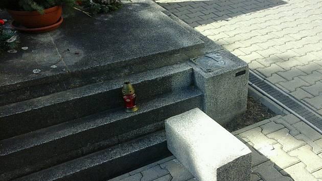 Muž si vybil vztek na kladenském hřbitově.