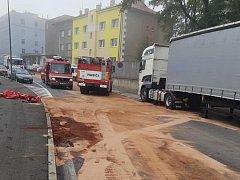 Nehoda v Kladně v Průmyslové ulici. Řidič osobáku měl velké štěstí, přežil. Odnesla to nádrž, ze které unikly stovky litrů nafty.