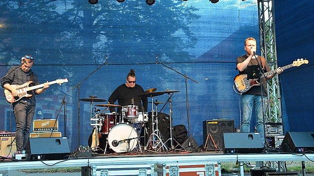 Hudba v podání tria The Bladderstones na slánském Masarykově náměstí