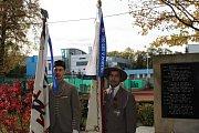 Mnoho lidí se přišlo na kladenské Sletiště poklonit památce umučených sokolů.