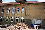 Rekonstrukce školy Na Hájích. Snímek z letních prací.