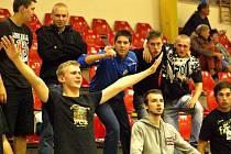 Těžký start Satanů v nejvyšší soutěži - mistrovská Chrudim (v červeném) porazila Kladno 4:0.