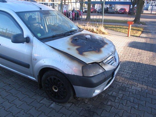 U kladenského domova pro seniory hořelo auto.