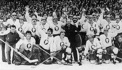 Hokejový vítěz PMEZ 1979 - Kladno. Vpravo dole i Tomáš Prošek, legendární masér.