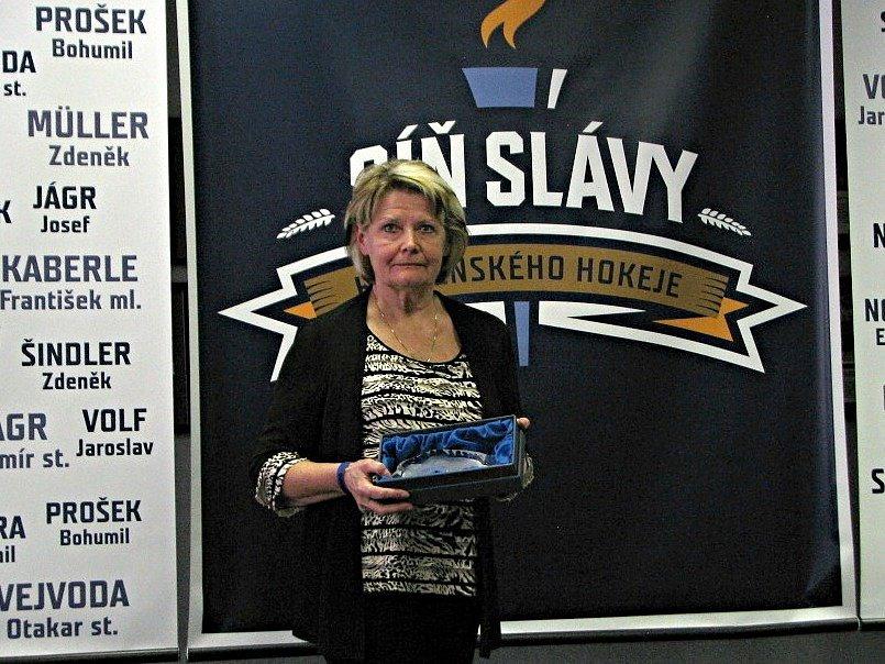 Otevření Síně slávy kladenského hokeje. Manželka zesnulého Eduarda Nováka Zdeňka