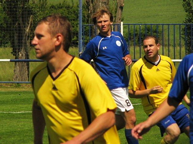 Velká Dobrá (v modrém) porazila Slaný 2:0. Střídající dvojka Slaného Hořejší - Hrubik.