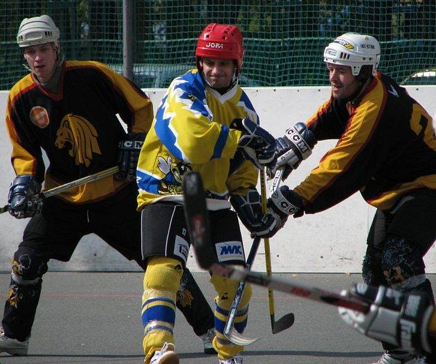 Útočník Jungle Růžička (vpravo) se proti Strašecí neprosadil, ale skóroval čtyřikrát v poháru a jeho tým přešel přes Buštěhrad.