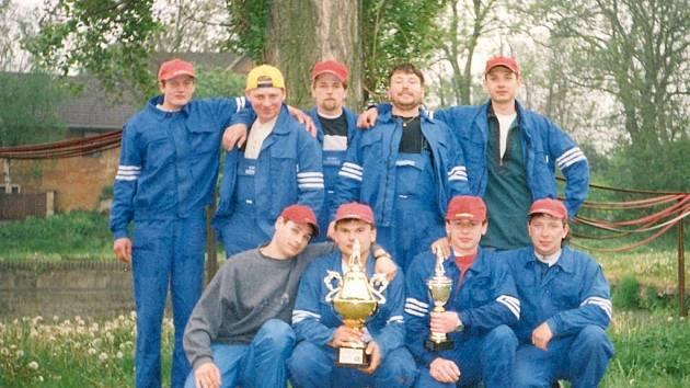 Úspěšné soutěžní družstvo z Poštovic s vítěznými poháry.