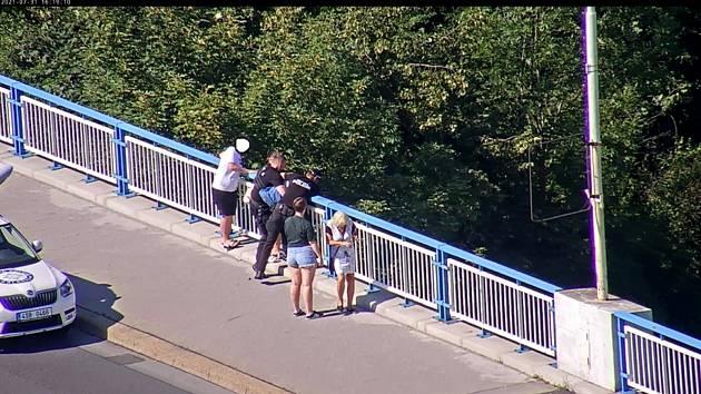 Záchrana mladíka na Sítenském mostě v Kladně.