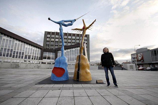 Pavel Holeček se svými plastikami Albatros (vlevo) a Žena totem.
