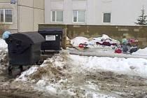 Ulice Vítězslava Nezvala. Zde  býl údajně  v sobotu  vyvezen pouze jeden ze tří kontejnerů.