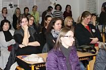 RODIČE budoucích slánských prvňáčků na informativní schůzce ve 3. ZŠ. Ze situace se ale vůbec neradují.
