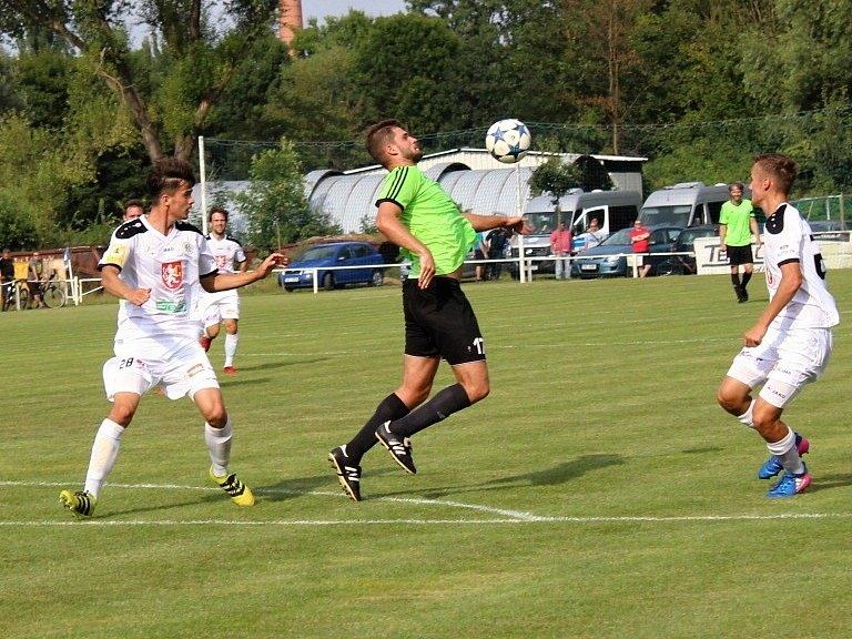 Velvary (v zeleném) prohrály v MOL Cupu s Hradcem Králové 0:1. Vašut mezi dvojicí Hradeckých