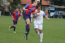 Doksy (v bílém) v I. A třídě nedbaly, že je Spartak Příbram favoritem a tým v dresech slavné Barcelony porazily 1:0.