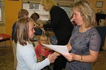 Děti z Velvar mají kvůli rekonstrukci školy delší prázdniny. Vysvědčení dostaly již 24. června