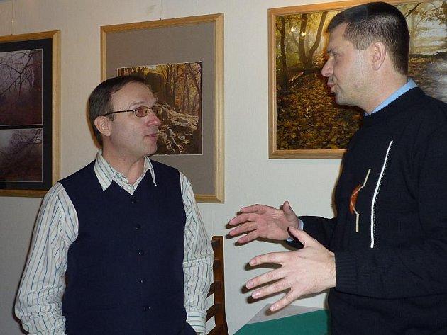 Martin Soukup (vlevo) vystavuje v kladenském Ateliéru snímky zapomentých míst