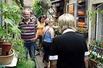 V Kladně-Podprůhonu se o víkendu uskutečnil již osmadvacátý ročník výstavy pod širým nebem Kladenské dvorky.