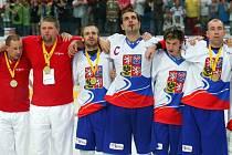 Kladenská radost na MS hokejbalistů, třetí zleva Michal Dědič, vpravo David Tyburec.