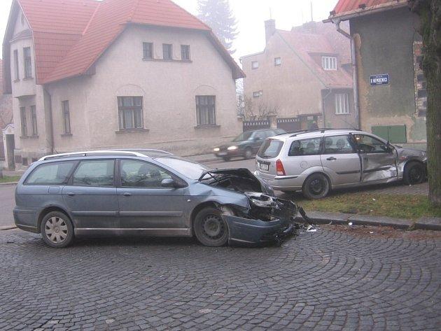 Jedna z dopravních nehod uplynulého týdne se  stala v pátek ráno u kladenské nemocnice. Při havárii dvou osobních automobilů nebyl nikdo zraněn a nedošlo ani k omezení provozu.