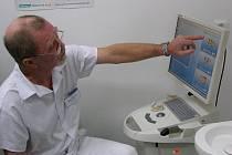 Lékař zubního oddělení kladenské nemocnice Josef Válek představuje funkce nového robota, který byl pořízen za přibližně dva miliony korun.