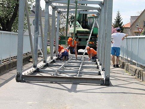 Opravy mostu ve Slaném.