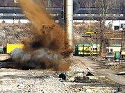 Šedesátimetrový ocelový komín v areálu Poldi Kladno padl v sobotu mezi desátou a jedenáctou hodinou v sobotu k zemi.