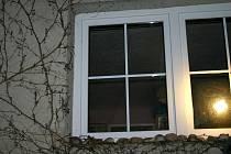 Za tímto oknem se odehrál v domě v Bratkovicích, nad ránem 16. března 2011, horor.