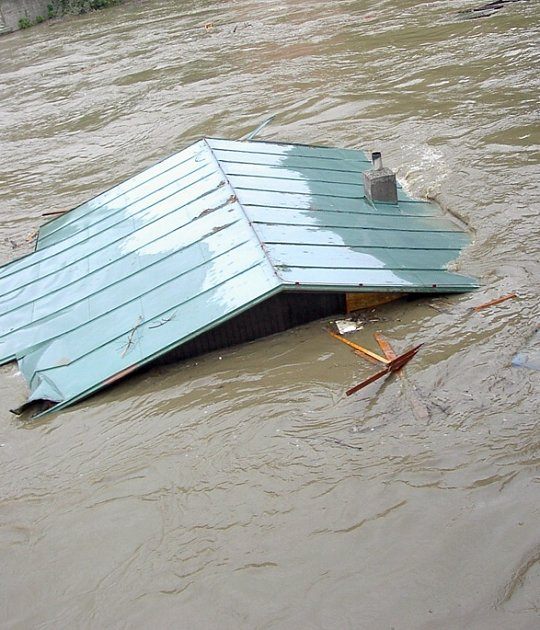 Plující chaty. Jeden z typických obrázků povodní 2002 na řece Berounce.